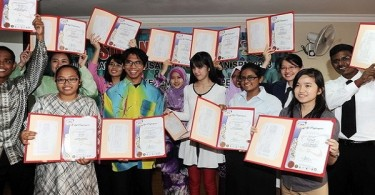 Selangor's top scorers in the Sijil Pelajaran Malaysia (SPM) examination showing off their results and certificates at the Selangor Education Department this morning. — Bernama pic