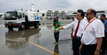 Transport Minister Datuk Seri Liow Tiong Lai (second from right) looking at the flooding on the tarmac of KLIA2 in December 2014.