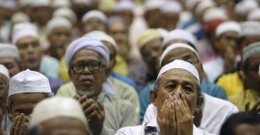 Malaysian-Muslims-at-prayer