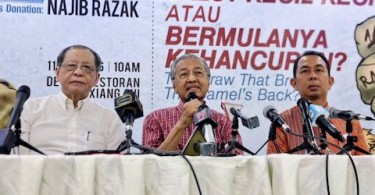 Tun Dr Mahathir (centre), with DAP's stalwart Lim Kit Siang, and Amanah's Sungai Besar candidate Azhar Abdul Shukur.