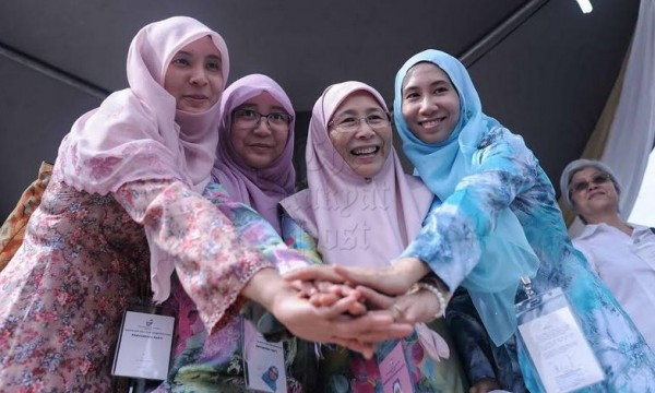 Wan Azizah (second from right) talks about a willingness to work with Pribumi Bersatu but stays away from meetings and events involving its prime mover.