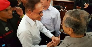 Datuk Seri Anwar Ibrahim and Tun Dr Mahathir Mohamad at High Court in Jalan Duta, today.