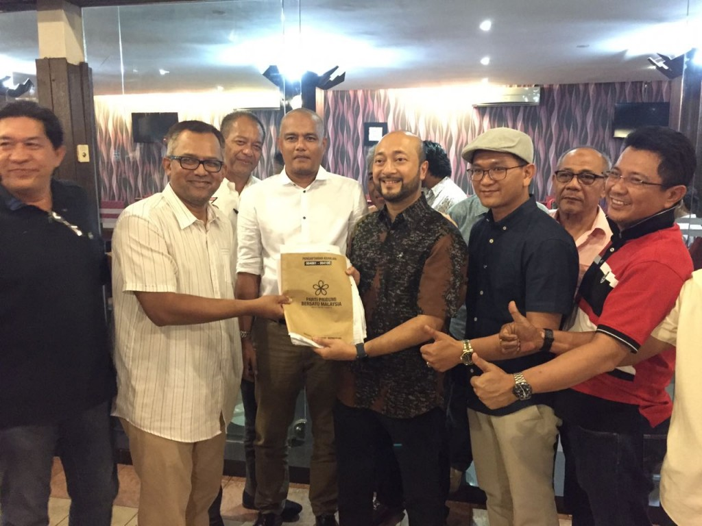 Mukhriz posing with several Pribumi Bersatu members after last night's closed door meeting.