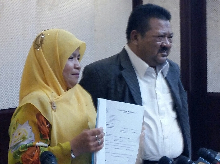 Kolej Islam Sains dan Teknologi director Noraihan Che Ali (left) with her legal counsel Datuk Ahmad Zaharil Muhaiyar at the press conference today.
