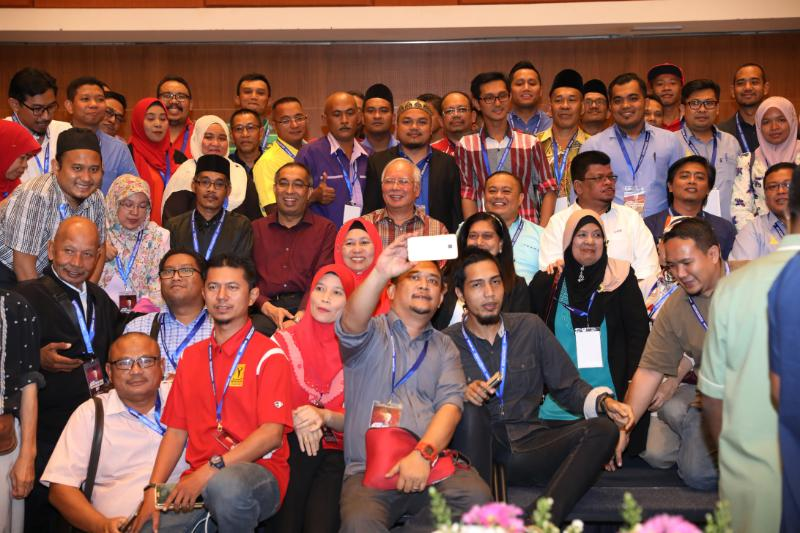 Prime Minister Datuk Seri Najib Razak with pro-establishment social media activists at a gathering last Friday.