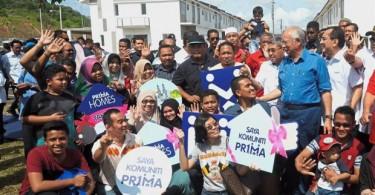 Prime Minister Datuk Seri Najib Razak with PR1MA Puteri Jaya house buyers during the Komuniti PR1MA programme in Sungai Petani, Kedah.