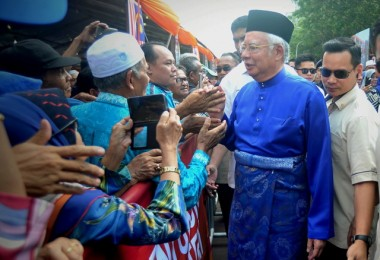 Prime Minister Datuk Seri Najib Razak was warmly greeted by the croed as he arrived at the Felda Settlers Carnival in Putrajaya today.