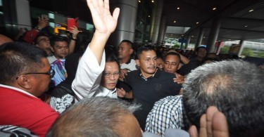 Shafie waves to his supporters on arriving at Kota Kinabalu Airport from Kuala Lumpur.