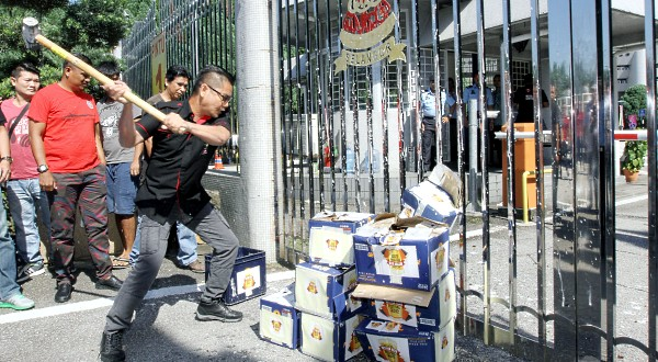 Datuk Seri Jamal Md Yunos smashed the bottles of beer to protest the Better Beer Festival 2017