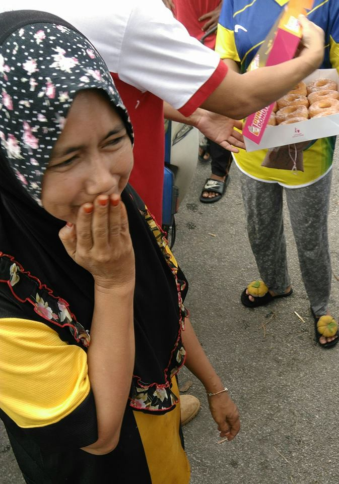 This girl in Tasek Gelugor was overcome with emotion when doughnuts were handed out by members from Buaya Puchong 4x4 Adventure team.
