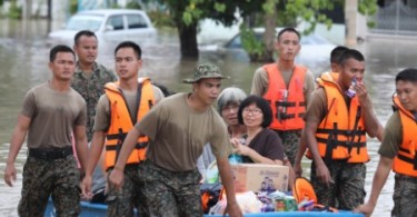 Soldiers helping Penang residents  to evacuate during the flood