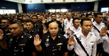 Policemen pledging not to be involved in corruption.