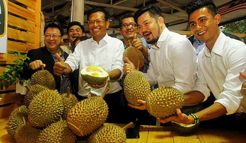 Agriculture and Agro-based Industry Minister Datuk Seri Ahmad Shabery Cheek with participants of the recent Malaysian Durian Festival 2017 in Naning, China