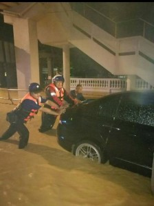 Community policing and resident association members from Tainia Apartment, Kota Damansara pushing a car to safer ground.