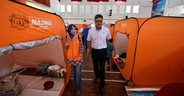 Mohd Zaini is briefed on the flood evacuation centre at SMK Taun Gusi 2 in Kota Belud by a staff of the Welfare Department. - Picture courtesy of Borneo Today