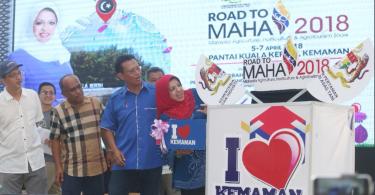 Ahmad Shabery and Shahrizat at the launch of Road to MAHA 2018 (East Zone) at Pantai Kuala Kerteh.