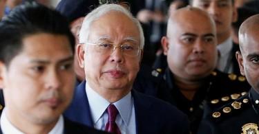 Najib on the way to court.