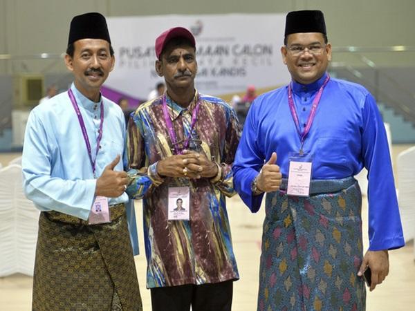 PKR candidate, headmaster of the Tahfiz Al Fateh Jalan Kebun School Mohd Zawawi Ahmad Mughni; BN candidate, UMNO Supreme Council member Datuk Lokman Noor Adam; and Independent candidate, government pensioner K. Murthy.