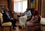 Home Minister Tan Sri Muhyiddin Yassin received a visit from Singapore Prime Minister Lee Hsien Loong yesterday, also present was his wife Puan Sri Noorainee Abdul Rahman.