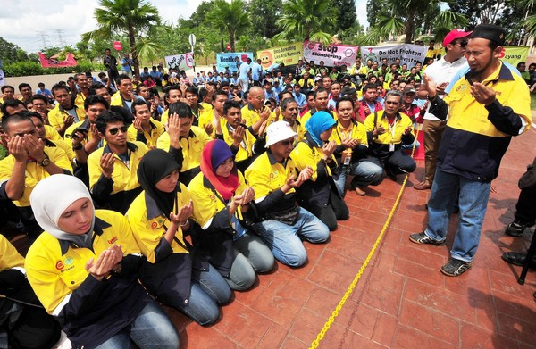 Workers of Lynas Malaysia saying thanksgiving at the vicinity of the  Kuantan High Court on Nov 17 2012, after the court rejected an injunction application to stop the company's operations.