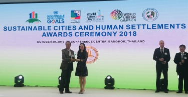 Country Garden Holdings Vice General Manager of Overseas Division, Dr. Kelly Wang (right) receiving the award from Mr. Choudhury Rudra Charan Mohanty, Environment Programme Coordinator of United Nations Centre for Regional Development.