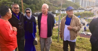 "An ""ordinary"" looking Najib (centre) during the Cameron Highlands campaign."