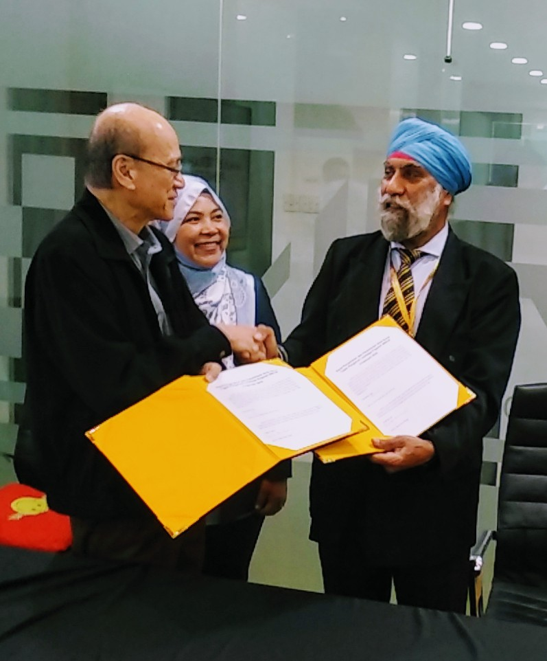 Tan Sri Lee Lam Thy handing over Datuk Suret Singh appointment letter as chairman of Miros on Feb 5 2019.