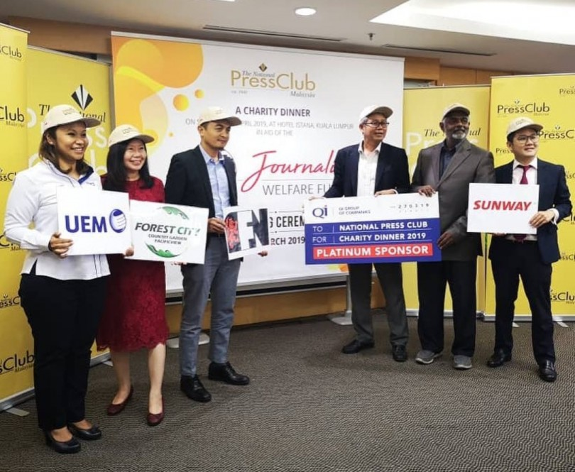 Representatives of main sponsors of the charity dinner at the event yesterday. QI Group of Companies, as the platinum sponsor;  while the others are Sunway Group Berhad, Country Garden of Forest City, UEM Group Berhad and F&N Beverages Marketing Sdn Bhd.