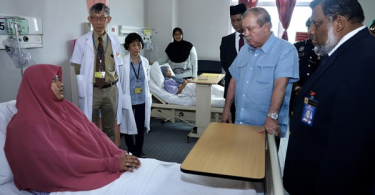Sultan Ibrahim visiting hospitalised victims of the chemical waste pollution in Pasir Gudang.