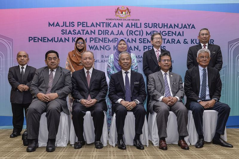 Members of the RCI with Home Minister Tan Sri Muhyiddin Yassin (seated, centre).