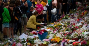 People pay their respects at a memorial site at the Botanical garden in Christchurch on March 18, three days after the massacre at two mosques in the city.
