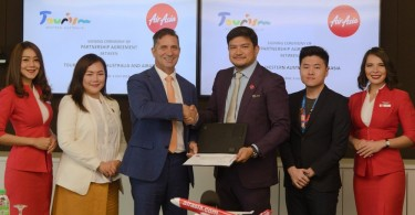 Tourism Western (left to right) Australia Country Manager for Singapore and Malaysia Ava Ang; Western Australia Tourism Minister Paul Papalia; AirAsia X Malaysia CEO Benyamin Ismail and AirAsia X Malaysia Marketing Manager Chia Pin Yu flanked by AirAsia cabin crew at the signing ceremony.