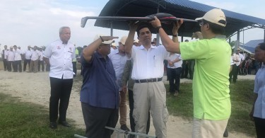 Azmin (middle) inspecting a drone that will be used in Felcra's precision farming technology.