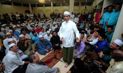 Datuk Seri Mohamed Azmin Ali at a special prayer session to reject gutter politics against him at the residence of Selangor Menteri Besar Amirudin Shari .