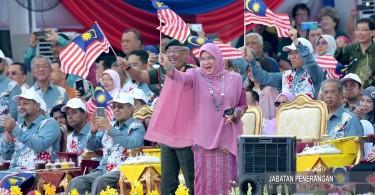 Raja Permaisuri Agong Tunku Azizah Aminah Maimunah Iskandariah dressed in pink at a recent Merdeka celebration