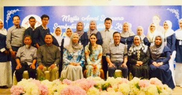 Tengku Puteri Iman Afzan Sultan Abdullah (seated in the middle) and the caretakers of J'keb Foundation along with the orphans of its transit home.